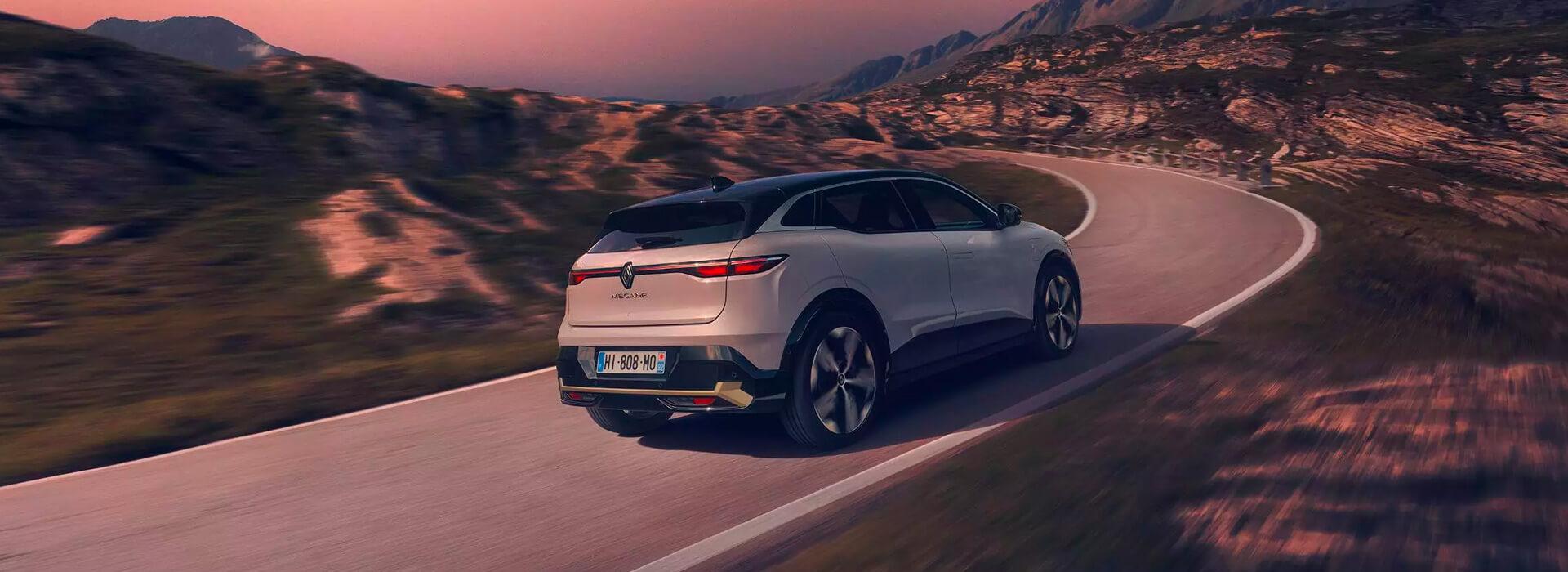 Megane E-Tech 100%electric er smidig som en kompaktsedan og sprek som en sportssedan. Elektromotoren foran på 220hk, et umiddelbart dreiemoment på 300Nm og 20-tommers hjul gir helt nye kjøreegenskaper.